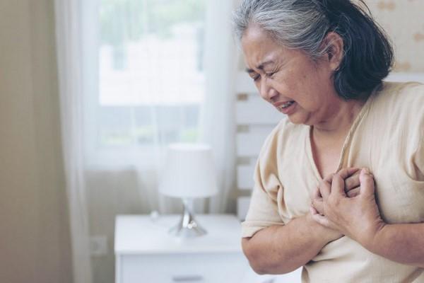 Nên mua bảo hiểm sức khỏe cho người già loại nào?