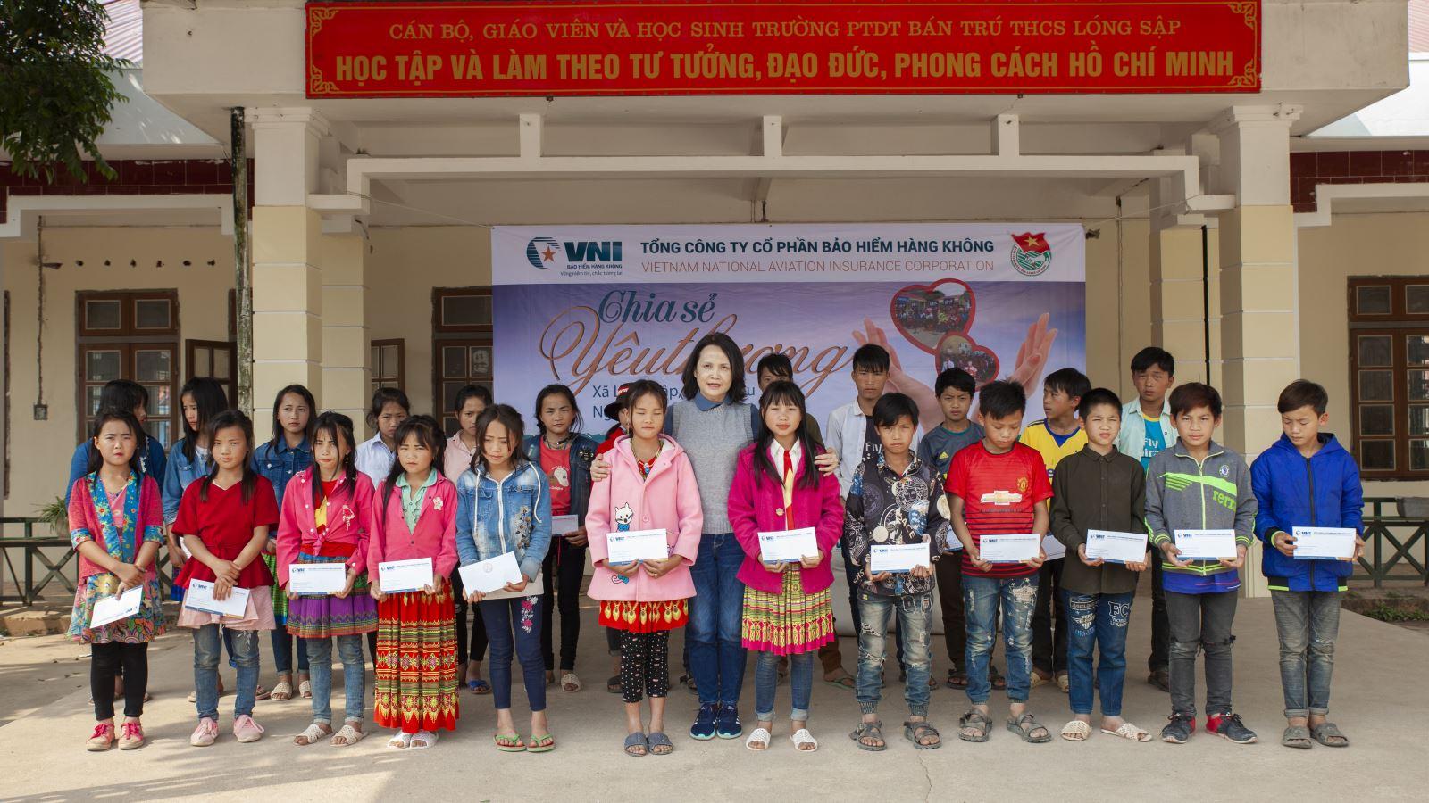 VNI tặng 45 suất học bổng, 250 kg gạo, 30 cặp sách cho thầy và trò trường dân tộc Lóng Sập, Mộc Châu