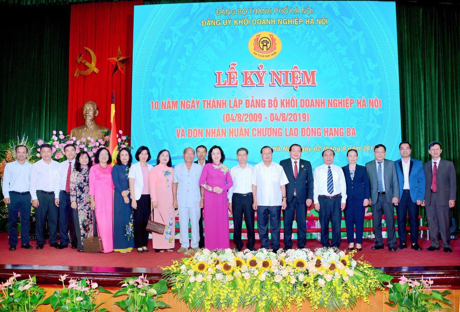 Đảng bộ và Chủ tịch HĐQT Bảo hiểm Hàng không (VNI) được Đảng ủy Khối DN Hà Nội khen thưởng!