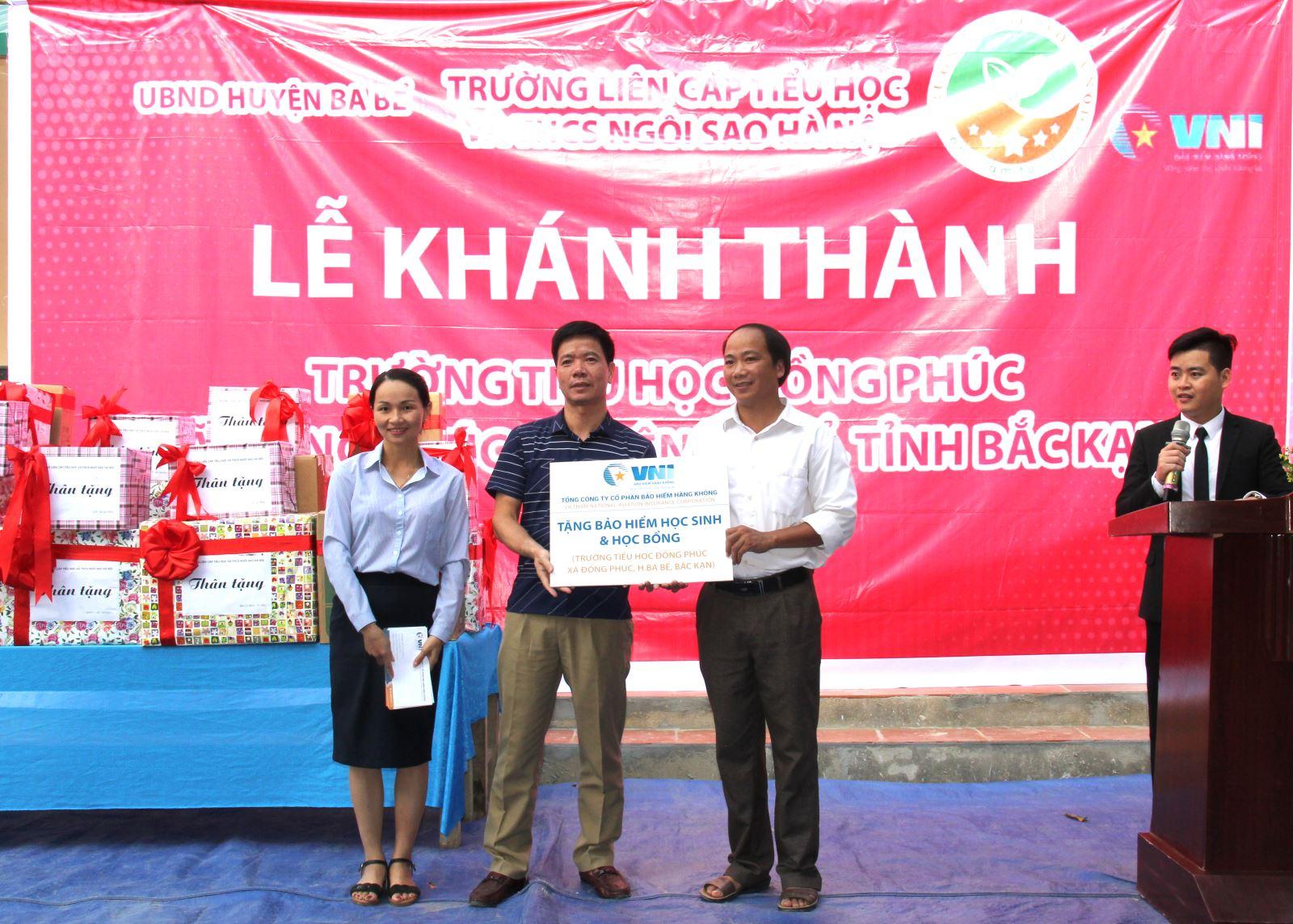 VNI tặng bảo hiểm học sinh và học bổng cho các em học sinh Trường Tiểu học Đồng Phúc