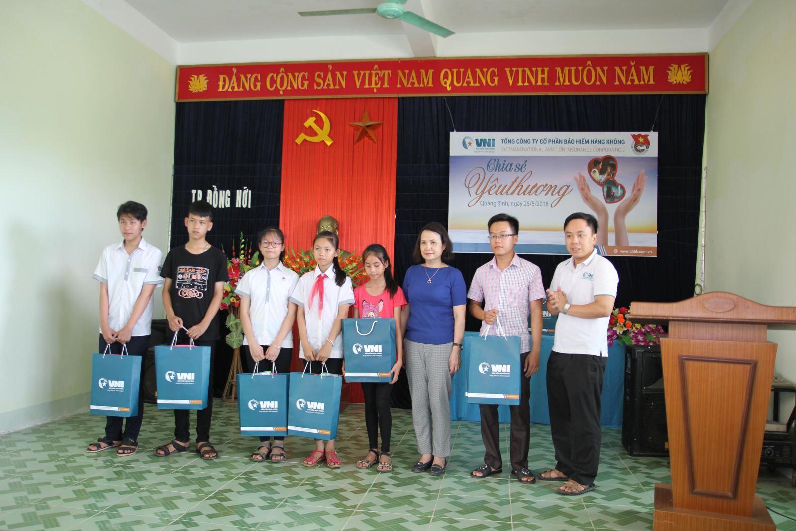 VNI tặng 30 suất quà cho gia đình chính sách, trẻ em có hoàn cảnh khó khăn tại Quảng Bình